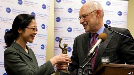 华泽在美国首都华盛顿国会山代许志永领奖 颁奖者为哥伦比亚大学著名中国问题专家黎安友教授